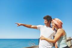 Homme heureux montrant à son amie la mer Photo libre de droits