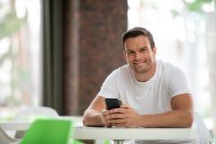 Homme heureux passant le temps en café Photo libre de droits
