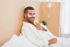 Homme heureux positif détendant à la maison Photographie stock libre de droits