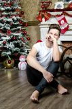 Homme heureux près de la cheminée Noël et an neuf Photo stock