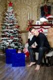 Homme heureux près de la cheminée Noël et an neuf Images libres de droits