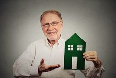 Homme heureux présent la maison verte Image libre de droits