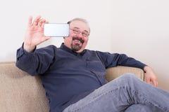 Homme heureux prenant un selfie pour ses amis Photos libres de droits
