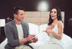 Homme heureux proposant sa fille affectueuse pour l'épouser Photographie stock