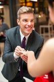Homme heureux proposant ses amies Photographie stock