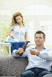 Homme heureux regardant la TV Image stock