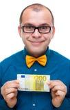 Homme heureux retenant 200 euro Photographie stock libre de droits
