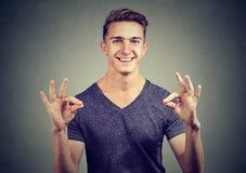Homme heureux satisfaisant faisant des gestes le signe correct Photo libre de droits