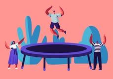 Homme heureux sautant sur le trempoline, encourager d'amis Les jeunes ayant le saut d'amusement et rebondissant, temps disponible illustration libre de droits