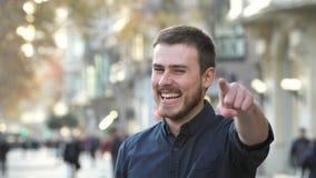 Homme heureux se dirigeant au sourire de caméra banque de vidéos