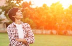 Homme heureux se tenant dans le jardin Image libre de droits