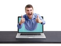 Homme heureux sorti de l'ordinateur portable photo stock