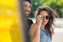 Homme heureux souriant avec l'amie dans des lunettes de soleil Photos libres de droits