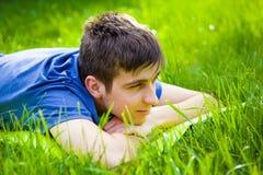 Homme heureux sur l'herbe photos libres de droits