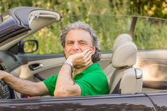 Homme heureux sur la voiture convertible Photo libre de droits