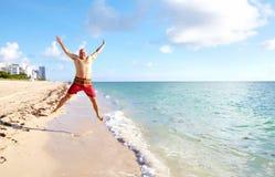 Homme heureux sur Miami Beach. Photos libres de droits