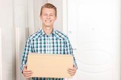 Homme heureux tenant le colis Photo stock