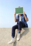 Homme heureux tenant le tableau noir Photographie stock libre de droits