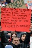 Homme hispanique à une protestation d'immigration dans le Wisconsin Photos stock