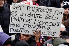 Homme hispanique à une protestation d'immigration dans le Wisconsin Images stock