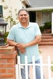 Homme hispanique aîné en dehors de maison Photographie stock