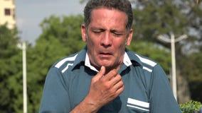 Homme hispanique adulte allergique banque de vidéos
