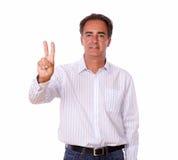 Homme hispanique adulte avec le signe de victoire Photo libre de droits