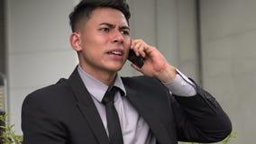Homme hispanique adulte bel fâché utilisant le téléphone clips vidéos
