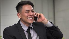 Homme hispanique adulte bel heureux utilisant le téléphone banque de vidéos
