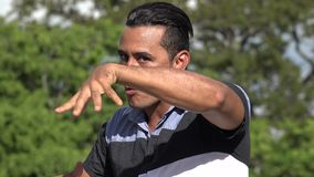 Homme hispanique adulte et karaté banque de vidéos