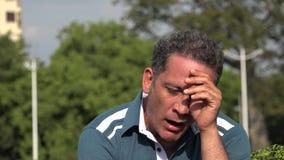 Homme hispanique adulte fatigué banque de vidéos