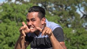 Homme hispanique adulte mauvais clips vidéos
