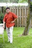 Homme hispanique dans l'arrière-cour Image libre de droits