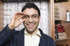 Homme hispanique essayant sur des verres Photos libres de droits