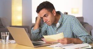 Homme hispanique frustré avec ses factures Photos libres de droits