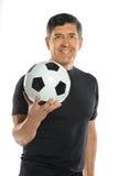 Homme hispanique mûr retenant le ballon de football Images stock