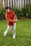 Homme hispanique pratiquant son oscillation de golf Photos libres de droits