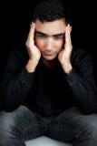 Homme hispanique souffrant un mal de tête intense image libre de droits