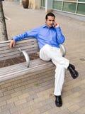 Homme hispanique sur le téléphone portable Photo stock