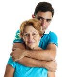 Homme hispanique étreignant sa mère Photographie stock libre de droits