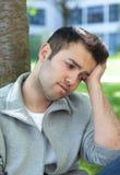 Homme hispanique triste dehors en parc Photographie stock libre de droits