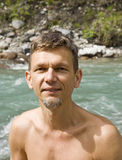 Homme humide après s'être baigné dans le fleuve lussier froid Images libres de droits