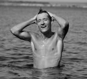 Homme humide dans l'eau Photo libre de droits