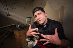 Homme idiot avec les doigts croisés photo stock