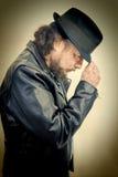 Homme inclinant le chapeau Photographie stock