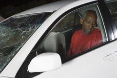 Homme inconscient dans la voiture Images stock