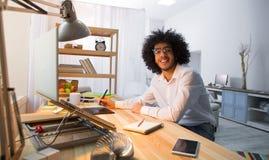 Homme indépendant de hippie travaillant à la maison Images stock