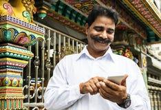 Homme indien à l'aide du téléphone portable photographie stock libre de droits
