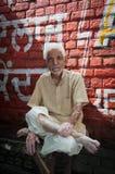 Homme indien aîné de bonne composition avec la cigarette Photographie stock libre de droits