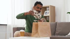 Homme indien avec du caf? et la nourriture ? emporter ? la maison banque de vidéos